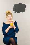 Счастливая женщина держа свежий апельсиновый сок Стоковое Изображение RF