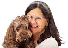 Счастливая женщина держа старшую собаку стоковое фото