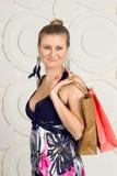Счастливая женщина держа хозяйственные сумки стоковое изображение rf