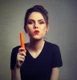 Счастливая женщина есть морковь Стоковое Изображение RF