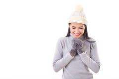 Счастливая женщина делая желание или моля в падении или зиме стоковые фото