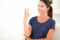 Счастливая женщина делая знак победы Стоковое фото RF