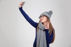 Счастливая женщина делая фото selfie на smartphone Стоковое Фото