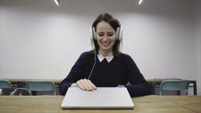 Счастливая женщина заканчивала рабочий день сток-видео