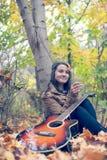 Счастливая женщина играя с лист Стоковые Изображения RF