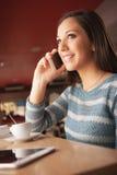 Счастливая женщина имея телефонный звонок Стоковое Изображение