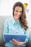 Счастливая женщина используя планшет Стоковые Фото