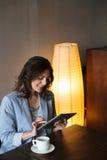 Счастливая женщина используя планшет Стоковое Изображение RF