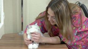Счастливая женщина и кот видеоматериал