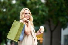 Счастливая женщина идя в улицы Стоковые Фото