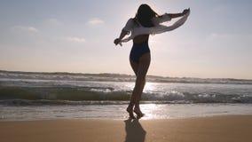Счастливая женщина идя и закручивая на пляж около океана Молодая красивая девушка наслаждаясь жизнью и имея потеху на море Стоковая Фотография RF