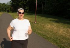 Счастливая женщина идя на путь в парке Стоковое Фото