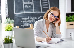 Счастливая женщина коммерсантки с компьютером и передвижным phonea счастливыми Стоковые Фотографии RF