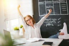 Счастливая женщина коммерсантки с компьютером Стоковые Изображения RF