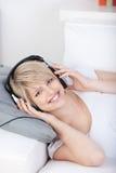 Счастливая женщина наслаждаясь ее музыкой Стоковые Изображения RF