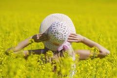 Счастливая женщина наслаждаясь жизнью в поле с цветками Красота природы и красочное поле с рапсом уклад жизни напольный Свобода c Стоковое Изображение RF