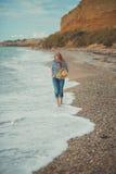 Счастливая женщина наслаждаясь ослаблять пляжа радостный в весне лета стоковые изображения rf