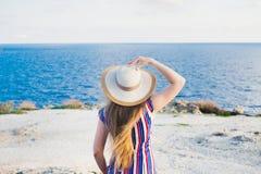 Счастливая женщина наслаждаясь ослаблять пляжа радостный в лете тропическим открытым морем Красивое модельное счастливое на носит стоковая фотография
