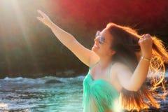 Счастливая женщина наслаждаясь природой Стоковая Фотография RF