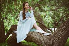 Счастливая женщина наслаждаясь природой Стоковые Изображения