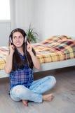 счастливая женщина наушников Стоковая Фотография