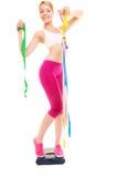 Счастливая женщина на веся масштабе Потеря веса диеты стоковые изображения rf