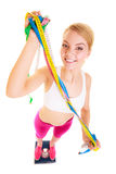 Счастливая женщина на веся масштабе Потеря веса диеты стоковая фотография rf