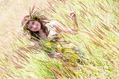 Счастливая женщина на естественной предпосылке стоковое фото rf