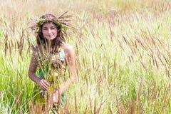 Счастливая женщина на естественной предпосылке стоковое изображение rf