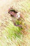 Счастливая женщина на естественной предпосылке стоковые фотографии rf