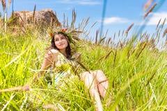 Счастливая женщина на естественной предпосылке стоковое фото