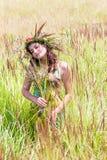 Счастливая женщина на естественной предпосылке стоковая фотография rf