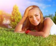 Счастливая женщина на зеленой траве Стоковая Фотография RF