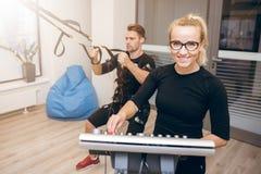 Счастливая женщина на тренировке спортзала и человека с ems Стоковое Фото