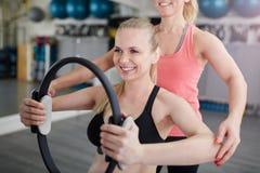 Счастливая женщина на тренировке спортзала с pilates звенит Стоковое Фото