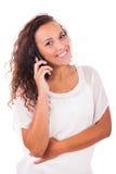 Счастливая женщина отправляя СМС на ее телефоне стоковое фото rf