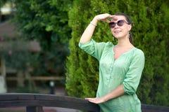 счастливая женщина парка стоковое изображение rf