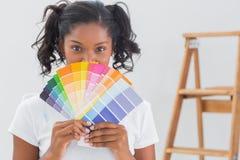 Счастливая женщина показывая диаграммы цвета Стоковые Фотографии RF