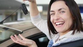Счастливая женщина показывая ключ его нового автомобиля Автоматическое дело, продажа автомобиля, технология и концепция людей - с Стоковые Фото