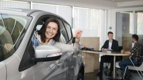 Счастливая женщина показывая ключ его нового автомобиля Автоматическое дело, продажа автомобиля, технология и концепция людей - с Стоковое Изображение
