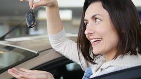 Счастливая женщина показывая ключ его нового автомобиля Автоматическое дело, продажа автомобиля, технология и концепция людей - с Стоковые Фотографии RF