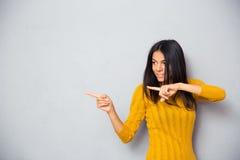 Счастливая женщина показывая палец прочь стоковое фото rf