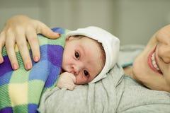 Счастливая женщина после рождения с newborn младенцем Стоковая Фотография RF