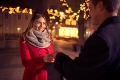 Счастливая женщина получает настоящий момент от ее парня Стоковые Изображения