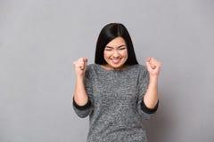 Счастливая женщина празднуя его успех стоковые фотографии rf