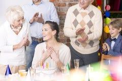 Счастливая женщина празднуя день рождения стоковые изображения rf