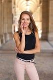 Счастливая женщина представляя в городе с зубастой улыбкой Стоковое Изображение
