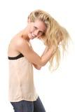 Счастливая женщина представляя с руками в волосах Стоковые Изображения RF