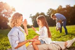 Счастливая женщина при дочь играя на пикнике Стоковое Фото
