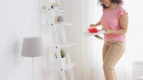 Счастливая женщина при сыпня очищая дома акции видеоматериалы